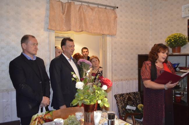 Депутаты Бахчисарайского городского совета поздравили семью Дьячковых с годовщиной свадьбы