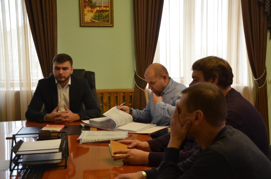 Итоги совещания с главой администрации – подрядчик выполнит ремонт дороги за свой счёт